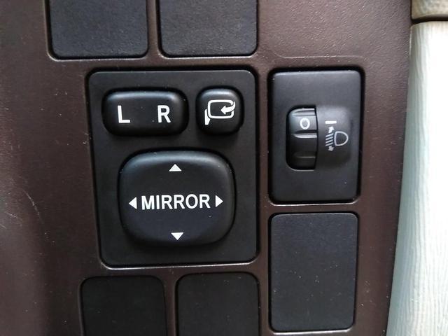 運転席と助手席のドリンクホルダーはプッシュ式。使わない時は、収納しておけますので、室内も広々です。