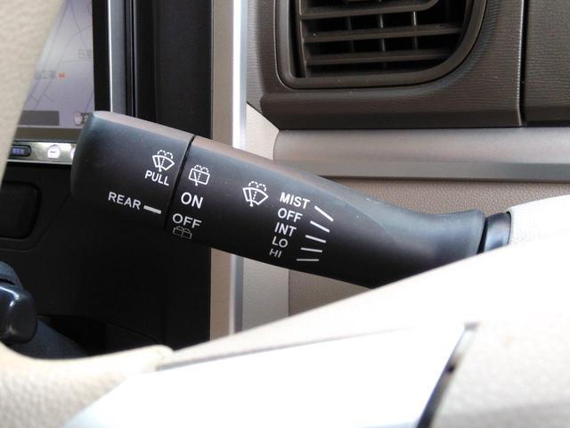 スマートキーなのでボタンを押すだけでエンジンがかかります。運転席の手元でも操作できる電動スライドドアは、歩道側にはついてますのでお子様の送り迎えには便利ですよ。
