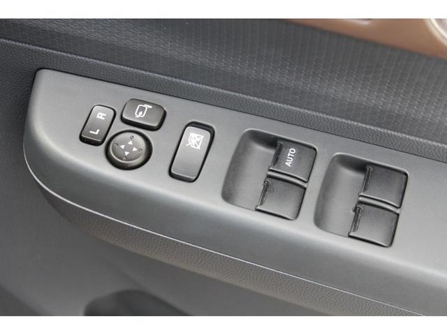 ドアアームレストには、電動可倒式ドアミラースイッチ、窓開閉ロックスイッチ、パワーウインドウスイッチがあります。