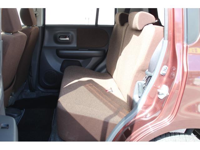 レッグスペースも十分に広い後部座席は分割可倒式です。