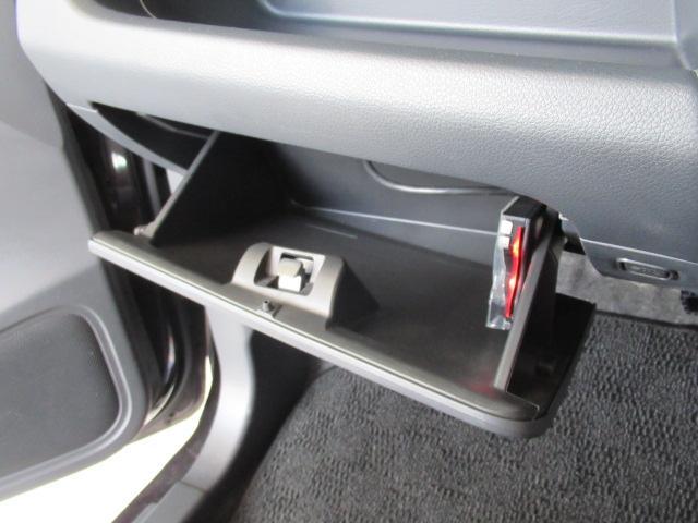 グローブボックスです。一般的に車検証や自動車任意保険の証券などの大切な書類を入れておくことが多い場所ですね。