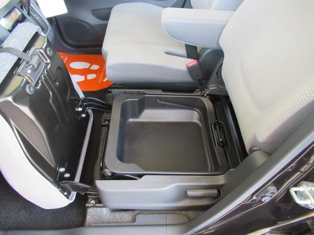 助手席の下にこんな小物入れが御座います。空間を余すことなく使う匠の技ですね!