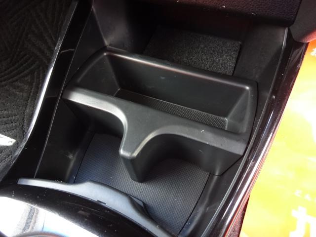 運転席と助手席の間にある、ドリンクホルダーと小物入れです!
