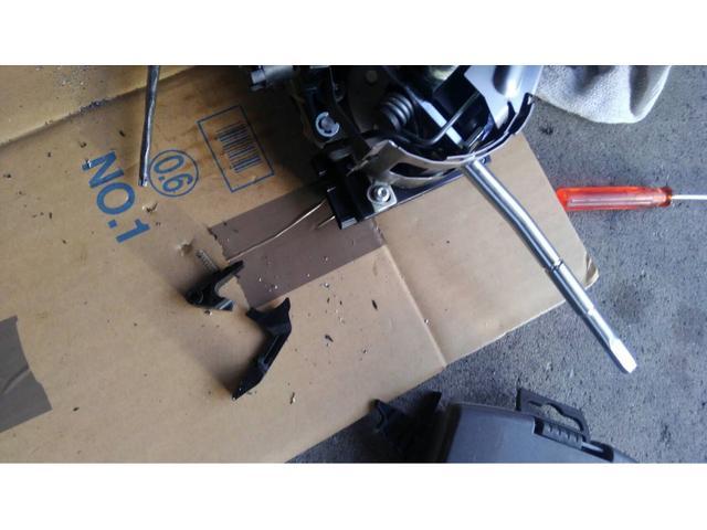 下にあるのがよく壊れるレバーです 外すときに折れてしまいました(劣化のため)事前の交換してよかったです・・・純正プラ製を金属製に交換してありますので壊れません