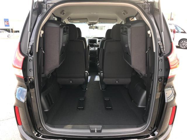 サードシートは跳ね上げることが可能でより大容量のラゲッジスペースが確保できます!大きい荷物もこれで安心ですね☆