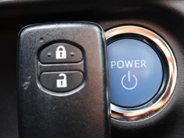 【スマートエントリーパッケージ】カバンやポケットに入れたままでもドアの施錠・解錠が可能なスマートキーを装備。エンジンのオン・オフ時もカギを取り出す必要が無いからとっても便利です♪