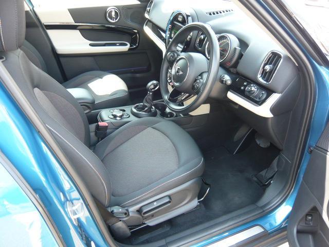 クーパーD クロスオーバーペッパーLED18ピンスポークAW ホワイト ボンネット・ストライプ クロームライン エクステリア カラーライン・サテライト・グレイ フロントシート ヒーティング LEDヘッドライト・フォグライト 18インチ ブラックピンスポーク(4枚目)