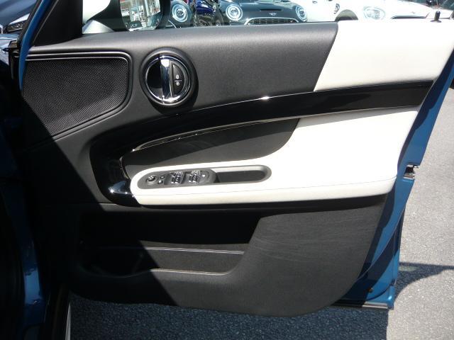 クーパーD クロスオーバーペッパーLED18ピンスポークAW ホワイト ボンネット・ストライプ クロームライン エクステリア カラーライン・サテライト・グレイ フロントシート ヒーティング LEDヘッドライト・フォグライト 18インチ ブラックピンスポーク(5枚目)