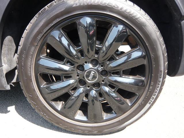 クーパーD クロスオーバーペッパーLED18ピンスポークAW ホワイト ボンネット・ストライプ クロームライン エクステリア カラーライン・サテライト・グレイ フロントシート ヒーティング LEDヘッドライト・フォグライト 18インチ ブラックピンスポーク(27枚目)