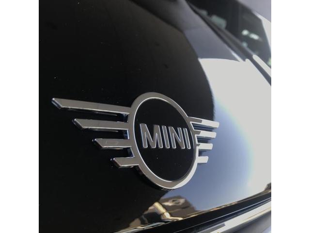 クーパーD クロスオーバーペッパーLED18ピンスポークAW ホワイト ボンネット・ストライプ クロームライン エクステリア カラーライン・サテライト・グレイ フロントシート ヒーティング LEDヘッドライト・フォグライト 18インチ ブラックピンスポーク(30枚目)