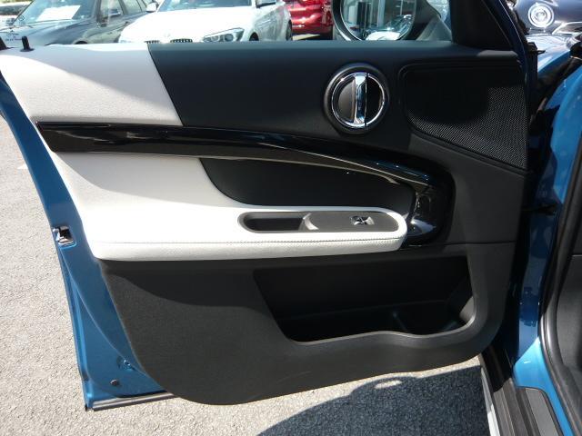 クーパーD クロスオーバーペッパーLED18ピンスポークAW ホワイト ボンネット・ストライプ クロームライン エクステリア カラーライン・サテライト・グレイ フロントシート ヒーティング LEDヘッドライト・フォグライト 18インチ ブラックピンスポーク(36枚目)
