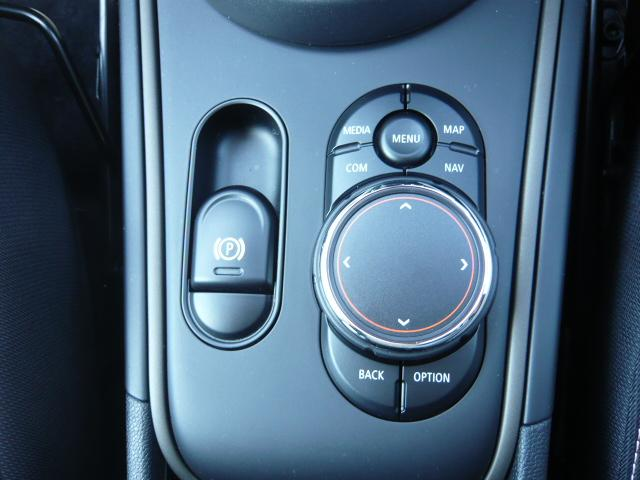 クーパーD クロスオーバーペッパーLED18ピンスポークAW ホワイト ボンネット・ストライプ クロームライン エクステリア カラーライン・サテライト・グレイ フロントシート ヒーティング LEDヘッドライト・フォグライト 18インチ ブラックピンスポーク(37枚目)