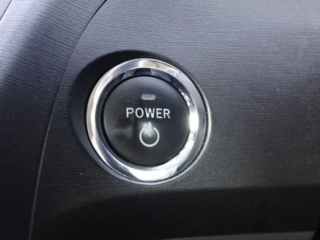 スマートキー&プッシュスタートです☆ 鍵をカバンやポッケに入れたまま指先ひとつでロックの開閉&エンジン始動ができます(o'▽')σ プッシュスタートは「新しいッ!」って感じがいいですよね (^▽^)