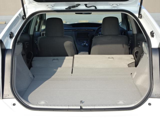 後席シートを倒すと、より広いラゲッジスペースが!燃費が良く荷物も載せられる、使い勝手のいいお車です!