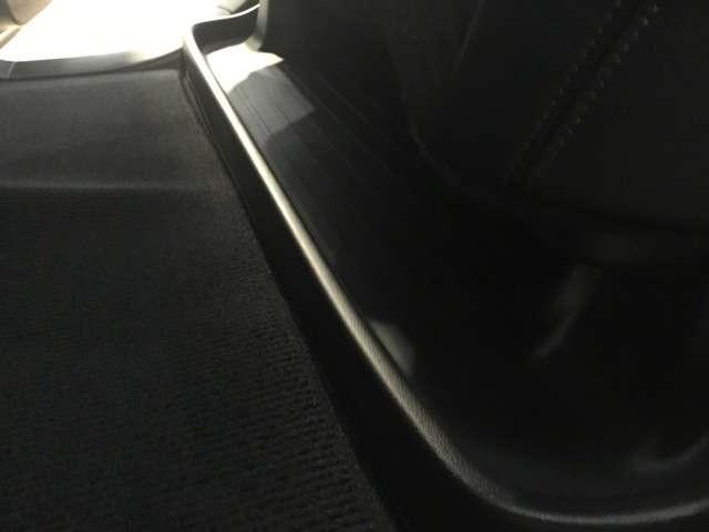 2列目シートの下に濡れた傘や汚れた靴などを置くスペースがあります^^車内が汚れず綺麗にご使用できますので大変人気です!!