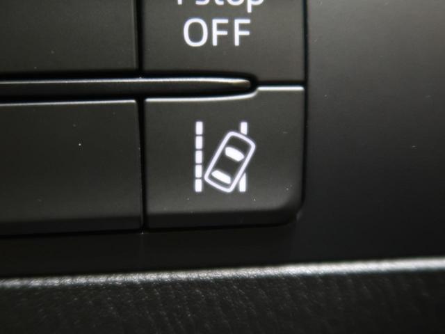 車線逸脱警報 フロントガラスに設置したカメラで車線を認識し、車両がその線を踏み越える可能性があると判断すると、警報音でドライバーに注意を促します。
