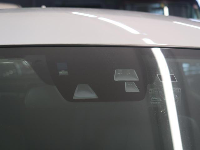 低速走行中、フロントガラスに設置した、近距離を高精度で検知できる近赤外線レーザーレーダーで先行車を捉え、衝突の危険性が高い状況下でブレーキペダルを踏むと、ブレーキは即座に強い制動力を発揮。もしくは自動