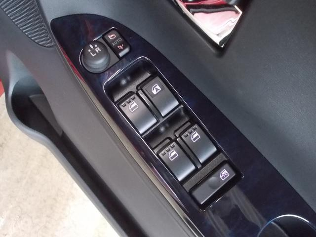 パワーウインドウ付きですので、窓の開閉は簡単にできます。駐車券を受け取る時も便利です!