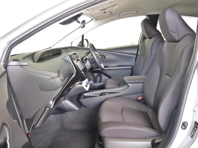 ホールド性の高いシート形状ですので、長距離の運転でも快適ですよ。