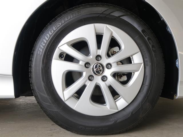 メーカーの純正アルミ装着です。車に合ったデザインになっていますので人気のアルミホイールです。スチールホイールよりも軽く、僅かですが軽い分燃費向上にも影響が出てきます。