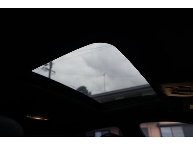 サンルーフ付きで抜群の明るさと開放感!キャンピングやドライブで車に乗ったまま空を見たりいい空気に入れ替えたり非常に便利です。外観もサンルーフがあるだけで際立つ高級感!