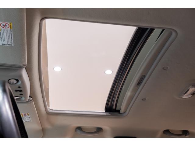 サンルーフ付きで明るさと開放感!キャンピングやドライブで車に乗ったまま空を見たりいい空気に入れ替えたり非常に便利です。外観もサンルーフがあるだけで際立つ高級感!