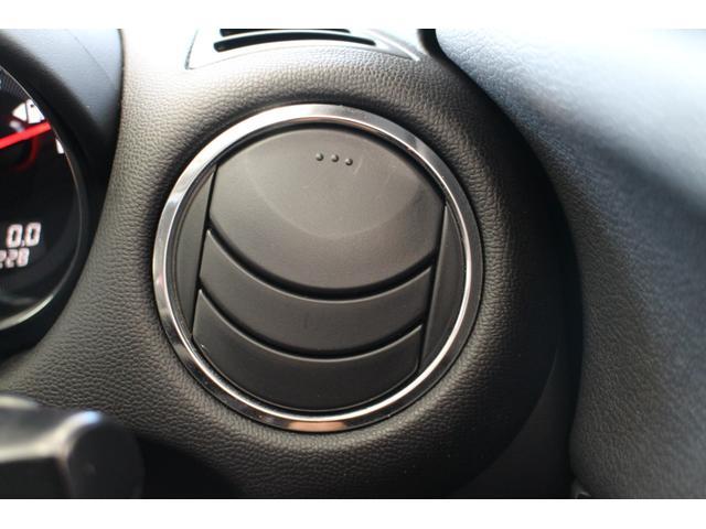 ボディを磨いてガラスの膜をつくるガラスコーティング。新車の輝きを取戻しキズもつきにくくなります♪また市販のコーティングとは施工方法や溶剤が異なるので、お乗換の時期まで洗車の悩みからも解放されますよ♪