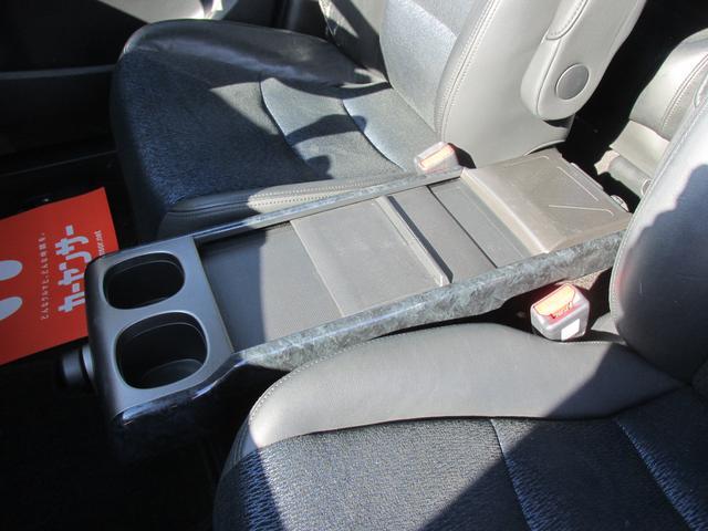 運転席と助手席の間にドリンクホルダーが備わっております!!