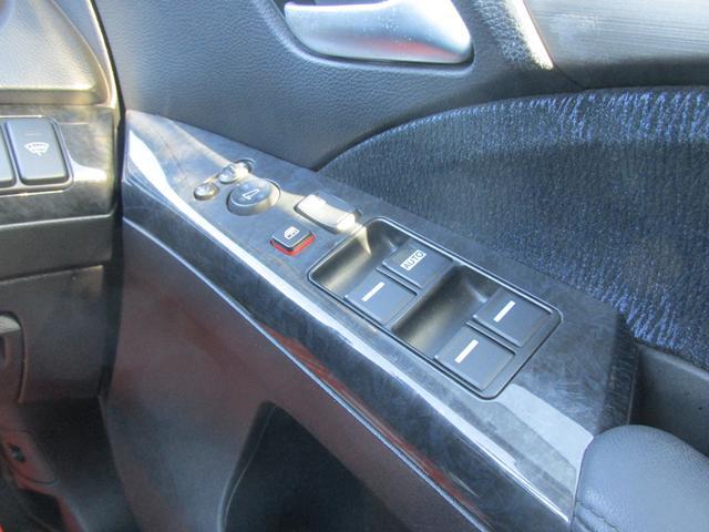 もちろん電動格納ミラーがついていますので、運転手が交代してもスイッチ操作で楽々ミラーの調整が行えます!!
