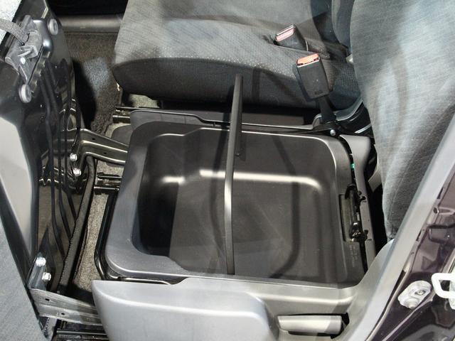 助手席の下には、大きな収納ボックスがあります!!