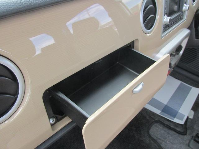 助手席手前には小物BOXがあります。リップや、ポケットティッシュを収納できます。