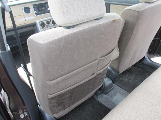 助手席背面には、複数のポケットがあります。ブック類や、タオル等を収納できそうですね。