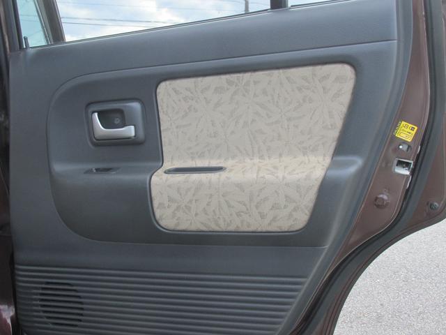 運転席後方のドア内張パネルは綺麗です。