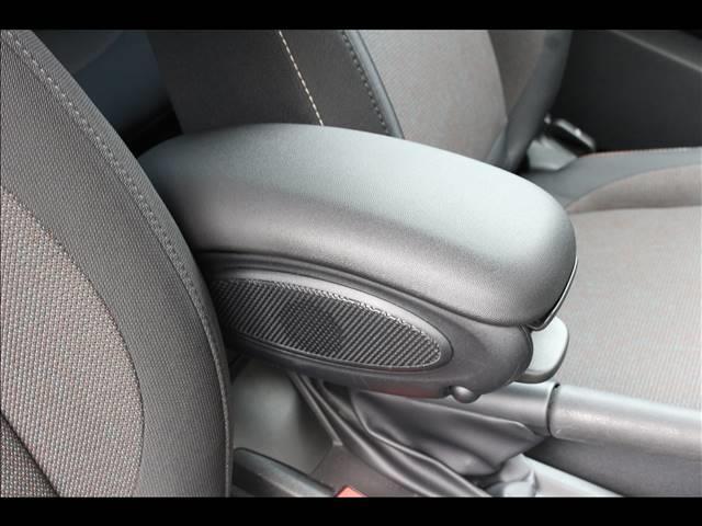 3ドア ONE ヴィクトリア 特別仕様車 ワンオーナー 純正HDDナビ ETC車載器 マルチファンクションステアリング アームレスト LEDヘッドライト 純正15インチアルミ USBポート アイドリングストップ(7枚目)