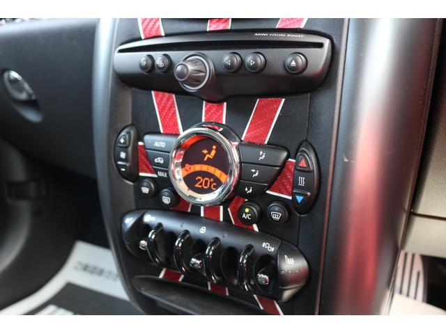 一年中快適なドライブをお楽しみいただけるフルオートエアコン装備。エアコン操作パネルがMINIのエンブレムをモチーフしたデザインとなっております。