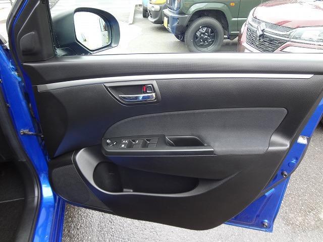 運転席ドア内側の使いやすい位置に窓やミラーの集中スイッチ★ペットボトルホルダーもありますね★6スピーカーでツイーターもついています★