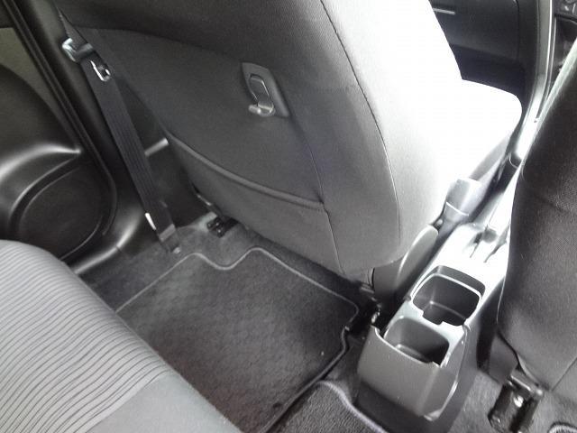 助手席シートバックにショッピングフックや大きな収納ポケット装備★後席用のカップホルダーは真ん中にあります★