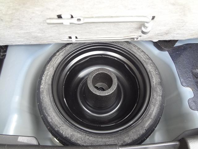 サブトランクの床下にはスペアタイヤを装備★ジャッキはトランク右側に収まっています★最近の車はスペアタイヤを積載していないことが多いですが、これがあるとやはり安心できますね★