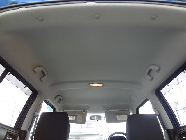 天井の状態も年式・距離相応です★ルームランプは真ん中にあります★運転席&助手席のサンバイザーにはエチケットミラー装備★お出かけ時の身だしなみチェックに便利ですよ★