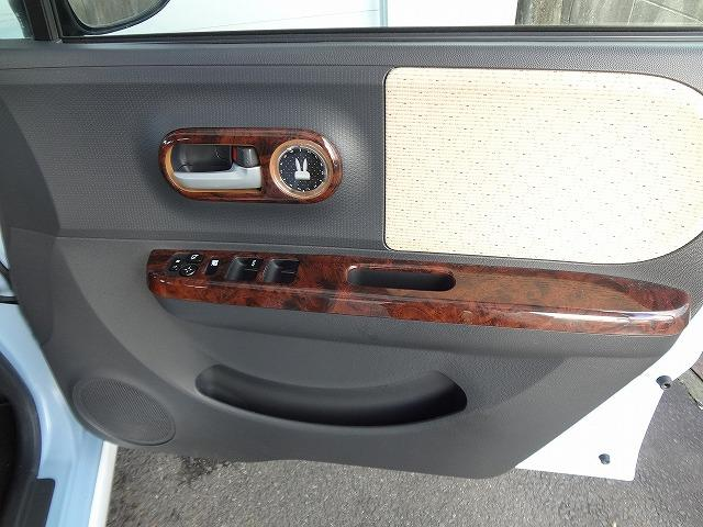 運転席ドア内側です★木目調のパネルがおしゃれですね★窓やミラーの集中スイッチは手の届きやすいこちらの位置にあります★収納ポケットも★