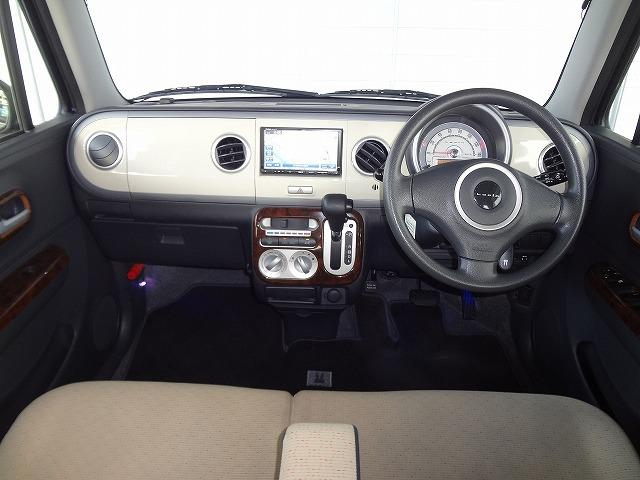 エアコンパネルにはウッド調のものが★運転席と助手席の足元にはイルミネーションが点いています★