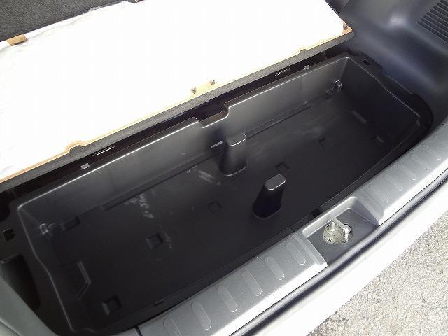 さらにさらにトランク床下にも収納スペースがあります★この下には応急用のパンク修理キットやジャッキなどがあります★