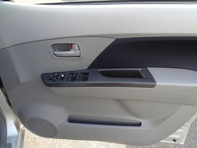運転席ドア内側の使いやすい位置に窓やミラーの集中スイッチがあります★ちょっとした収納ポケット付き★