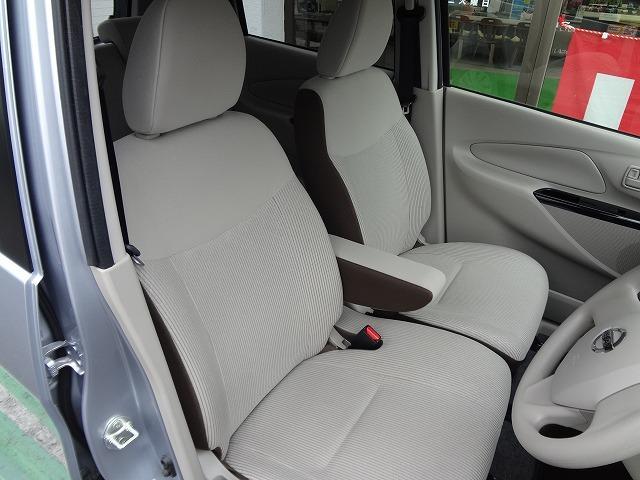 前席は左右の行き来がしやすいベンチタイプのシート★運転席にセンターアームレスト装備★