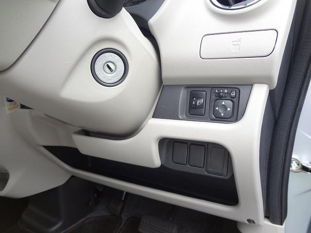 運転席側カップホルダーはこちら★ミラーのスイッチなんかも★ハンドル下側にはちょっとした収納スペースもあります★