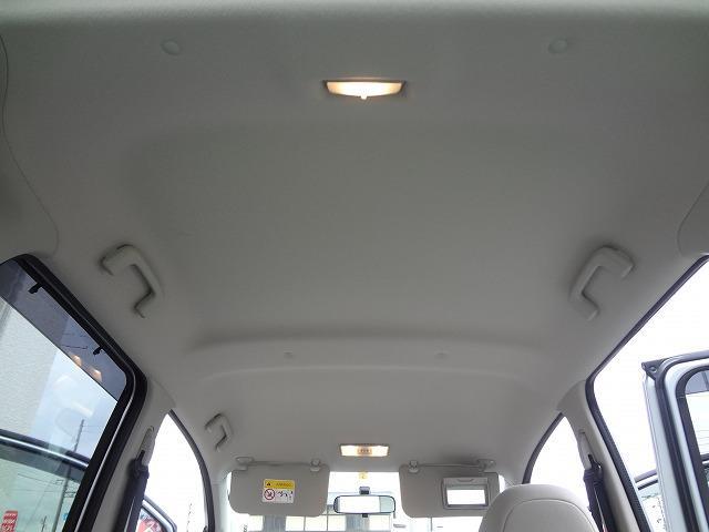 天井の状態も年式・距離相応です★禁煙車でしたのでタバコのヤニなどもありませんよ★前側と荷室側にルームランプが★運転席側サンバイザーにエチケットミラー装備★防眩機能付きルームミラーもあります★
