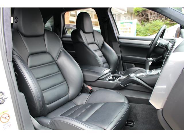助手席シートも使用感少なく良い状態が保たれております