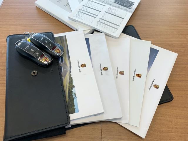 スペアキーに取扱説明書及び新車時保証証、ナビゲーション取扱説明書、レーダー取説揃っております