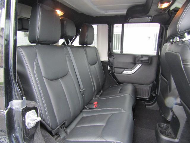 後部座席もリクライニングができ、大人2人が座ってもゆったりとしております。