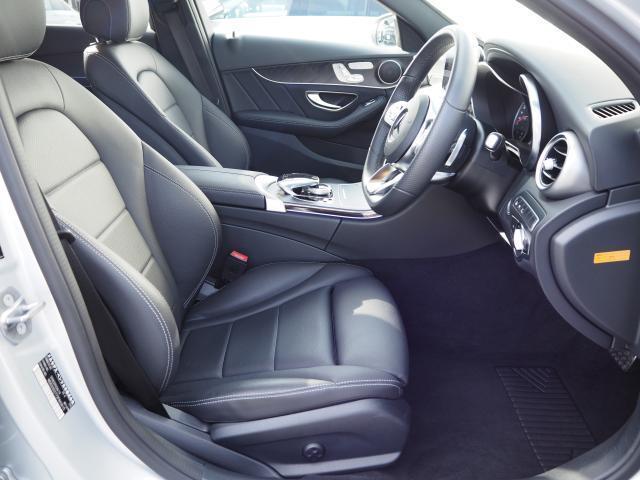 【シート】人間工学と理性学に基づいて設計されたシートは乗員を包み込むように受け止め、長時間の乗車でも疲労感を受けにくいシートとなります。